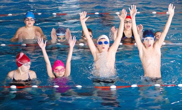 дети плавают в бассейне картинки